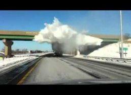 Sniego sprogimas nuo važiuojančios fūros priekabos