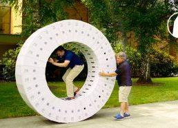 Iš iMac dėžių padarytas didžiulis ratas