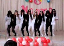 Optinė iliuzija - merginos šoka juodais ir baltais rūbais