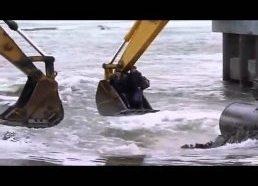 Žmonės persikelia per upę ekskavatorių pagalba - Rusija