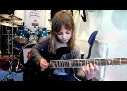 Aštuonerių mergaitė fantastiškai groja gitara