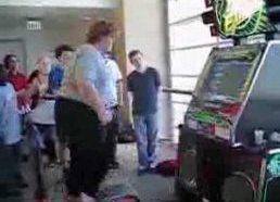 Storulis šoka ant šokių automato