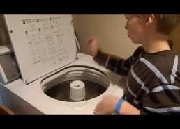 10 metų berniukas groja būgnais su skalbimo mašina
