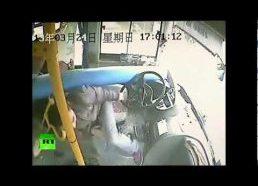 Autobuso vairuotojui labai pasisekė / autobuso avarija kinijoje