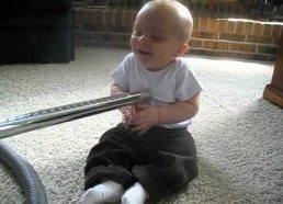 Vaikas negali nustoti juoktis kai jį kutena dulkių siurbliu