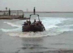 Kareiviai išlaipinami iš valties įstringa papludimyje - tai draugų jiems paruoštas pokštas