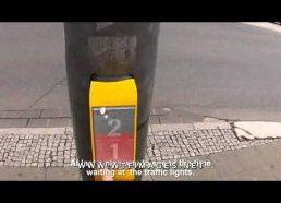 Šviesoforas su žaidimu padedančiu nenuobodžiauti kol laukiama žalia šviesa (Vokietija)