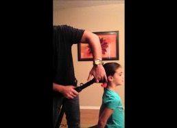 Kaip tėtis pina dukrai plaukus su dulkių siurbliu