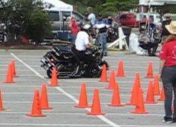 Policininkas su motociklu