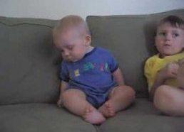 Mielas miegantis vaikas stengiasi neužmigti