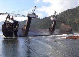 Laivas keistai iškrauna medieną