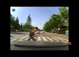 Pėstysis bando (nesėkmingai) užsidirbti pats iššokdamas ant mašinos