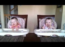11 mėnesių dvynės mažylės šoka kai tėtis su gitara sugroja mėgstamiausią melodiją