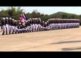 Tailando kariuomenės paradas - domino stiliumi