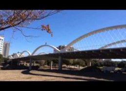 Važiuoja dviračiu tilto kraštu(arkomis)