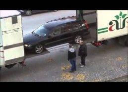 Išradingas būdas pakrauti automobį į sunkvežimį