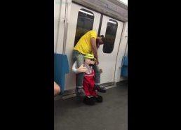 Girtas vyras metro su kostiumu