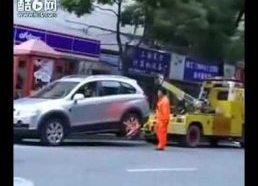 Įpykusios moters su automobiliu lengvai nenutempsi