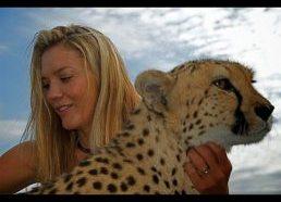 Drąsi moteris erzina laukinius gepardus