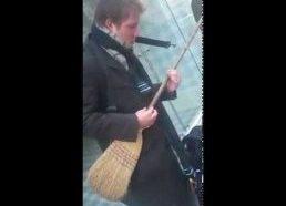 Gatvės muzikantai groja šluota ir kastuvu!