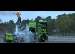Sunkvežimis (fūra) driftina gymkhana trasoje