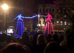 Du vyrukai su specialiais kostiumais ant tesla stulpų = Elektros šou