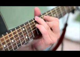 Gitaros stygų vibracija filmuojant sulėtintai