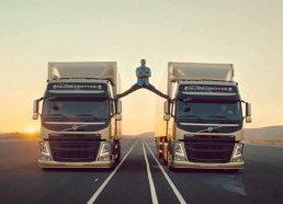 Volvo sunkvežimiai ir Žano Klodo Van Damo špagatas