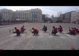 Rusijoje kelių darbininkai pėsčiųjų perėjas išnaikina kirviais