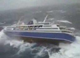 Kruizinis laivas pakliuvo į audrą