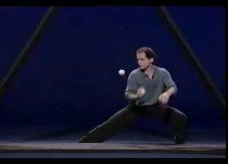 Žonglierius trikampyje groja su kamuoliukais
